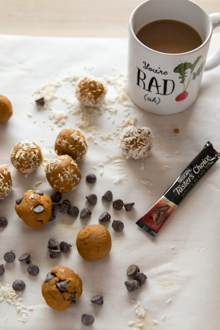 Pumpkin Spice Energy Balls. This healthy easy to make pumpkin snack is a perfect topping for oatmeal or smoothie bowl. #energyballs #energybites